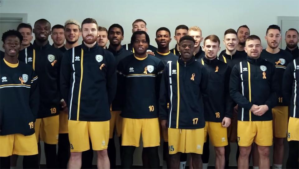 Klip so stužkami: Hráči FK Pohronie nahrali klip na podporu detí s rakovinou.